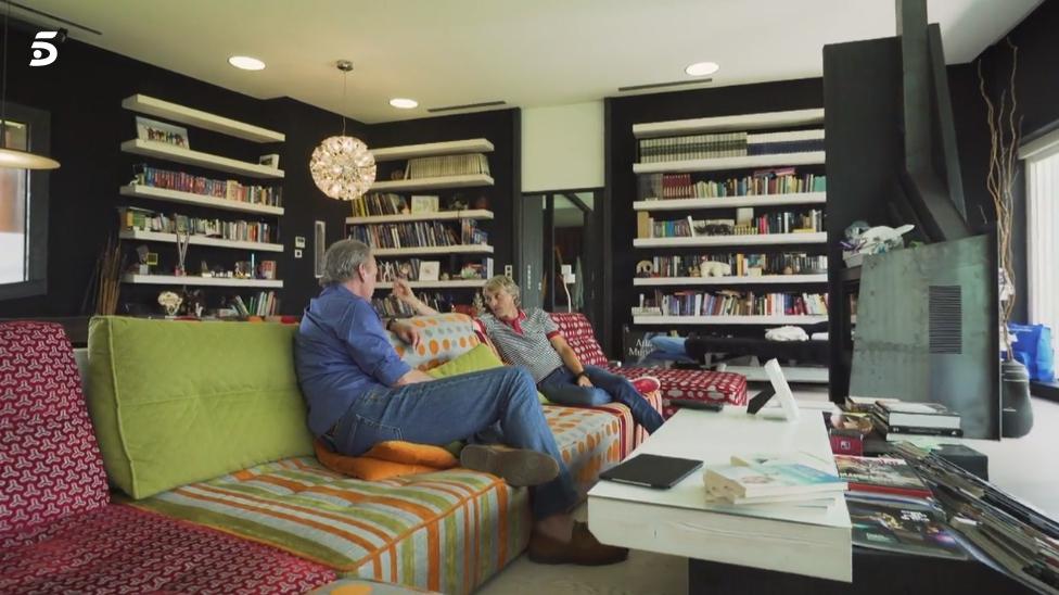 Jesús Calleja et son canapé Arianne love dans le programme de télévision « Ma maison est la tienne ».