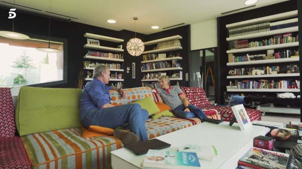 "Jesús Calleja and his Arianne Love sofa, in the last TV programme ""My house is your house""."